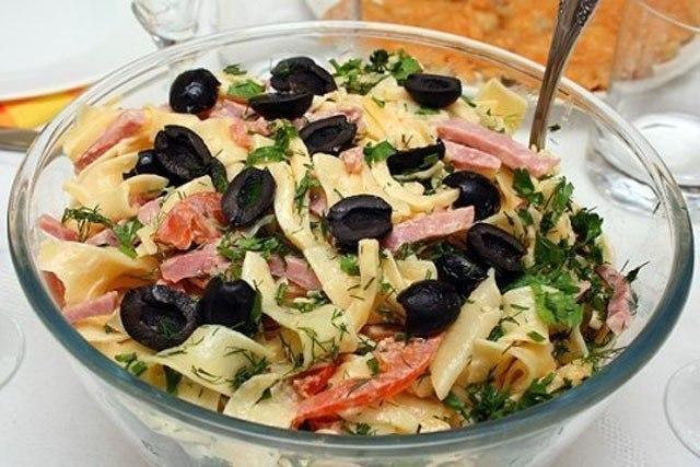 Салат с макаронами и ветчиной с